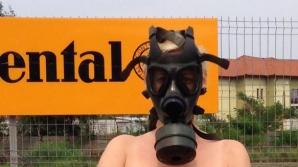O soprana din Timisoara s-a fotografiat nud si cu o masca de gaze pe fata