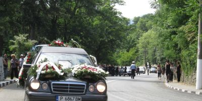 Accident DN 7. Adriana Toader, una din victimele accidentului, a fost condusa pe ultimul drum. Soferul vinovat si prostituata, in libertate