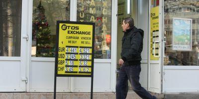 Cursul de schimb a urcat la 4,49 lei/euro, nivelul maxim al ultimilor cinci luni, din cauza incertitudinilor privind Grecia