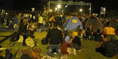 VIDEO Reportaj din Serbia. In genunchi in fata gardului Ungariei, migrantii au scandat: