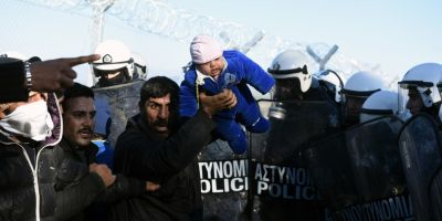 Retorica anti-imigranti din Uniunea Europeana i-ar putea trimite pe romani inapoi la coada la ambasade
