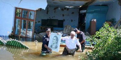 O fotografie cat o mie de cuvinte, de ziua lui Mihai Eminescu. Portretul poetului, salvat de ISU dintr-o casa distrusa de ape