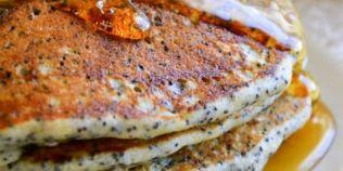 Clatite pufoase cu mac si lamaie, o combinatie irezistibila