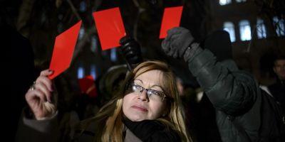 Fotografia unei deputate din Bistrita, in Washington Post. Imaginea considerata de jurnalistii americani simbolica pentru manifestatiile anti-guvern din Romania