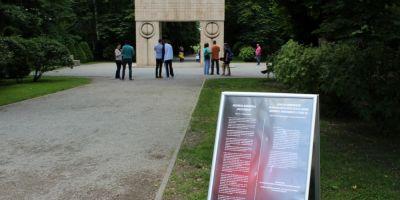 Operele lui Brancusi din Gorj, atingere interzisa. Cat costa amenda daca te asezi la Masa Tacerii