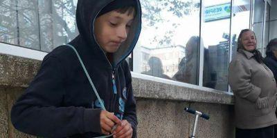 Baiatul de 10 ani care-si vinde jucariile in strada ca sa-si cumpere haine de iarna.