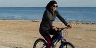 Femeile din Iran sfideaza legile religioase, mergand pe biciclete in public
