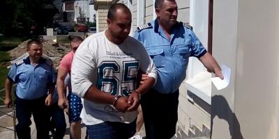 Cine este interlopul care a lovit cu sabia in cap un politist. A fost arestat vara trecuta pentru trafic de droguri, fiind un apropiat al clanului Corduneanu