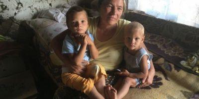 Soarta trista a doi frati din Dolj: mama le-a murit intr-un incendiu si sunt crescuti de bunica intr-o cocioaba fara curent electric