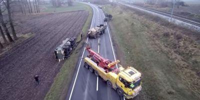 VIDEO Peripetiile soldatilor americani in Polonia. Un vehicul s-a rasturnat in camp in timp ce incerca sa scoata din noroi un alt vehicul