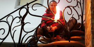 Romanul care se joaca cu focul si creeaza opere in fier forjat evaluate la mii de euro.