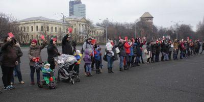 VIDEO Manifestatie a mamelor in Piata Victoriei: cateva zeci de femei protesteaza fata de posibila scadere a indemnizatiei de crestere a copilului