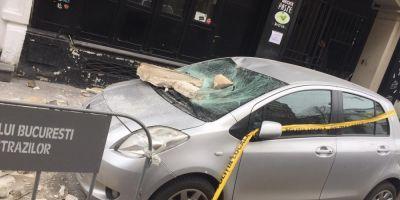 Bucati imense dintr-un balcon din Centrul Vechi al Capitalei au cazut peste doua masini. Cladirea gazduieste Club A
