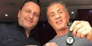 Un ceas creat de un designer roman a ajuns la mana lui Sylvester Stallone. Ce mesaj are inscriptionat pe spate