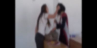VIDEO Eleva umilita in fata clasei de o colega care o trage de par si o injura. In loc sa intervina, colegii o incurajau pe batausa